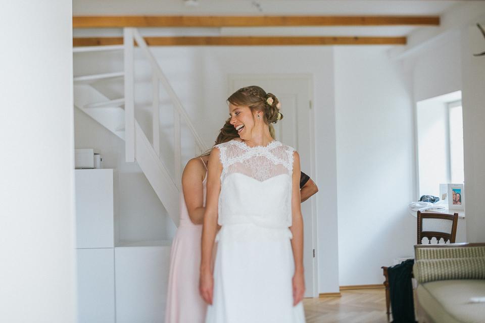 freie Trauung-Getting Ready- Tegernseer- Haarstyling - Brautstyling- Braut make up- Brautstrauß