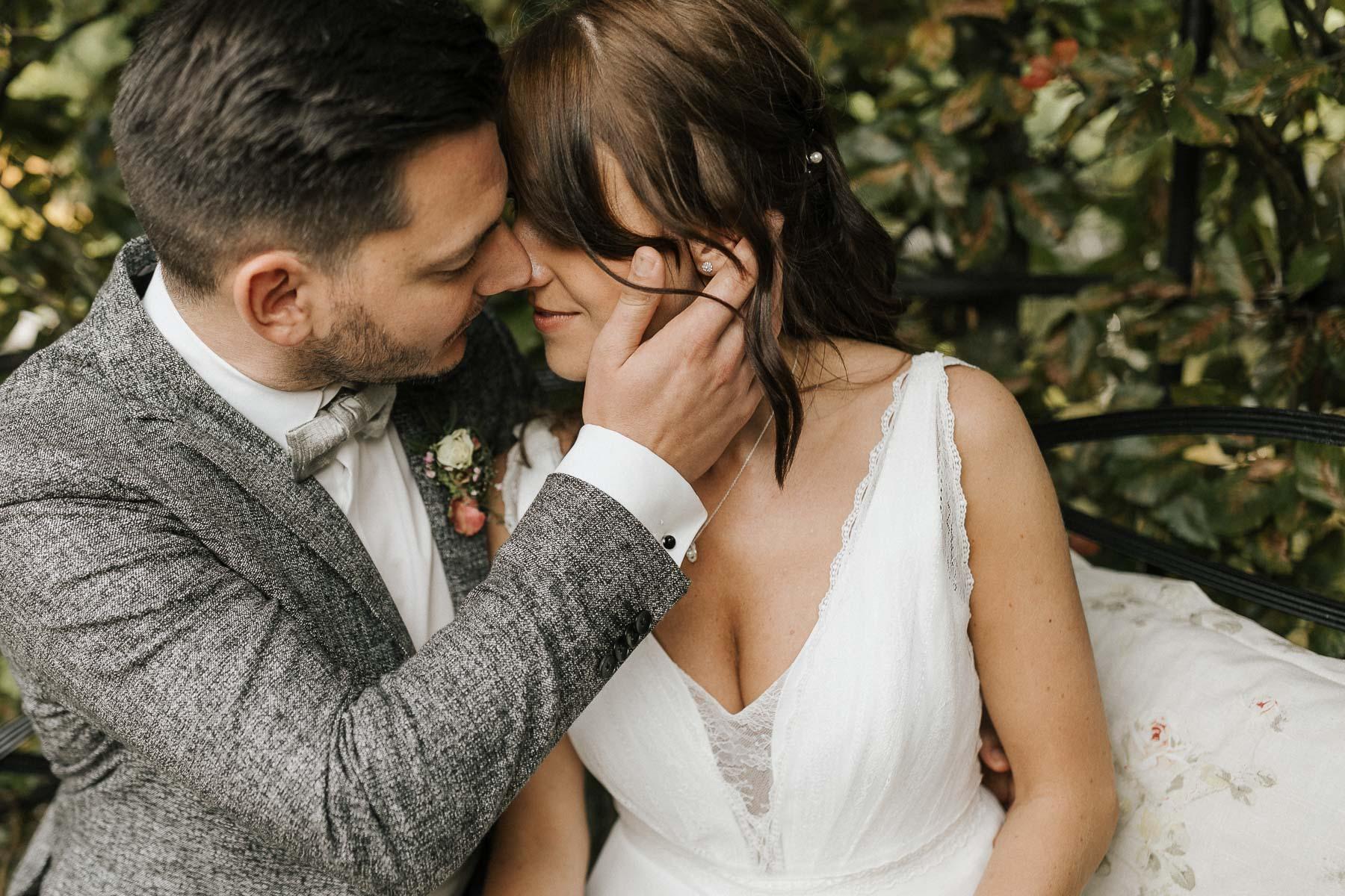 Ein schönes Brautkleid und ein schöner Herrenanzug bei der Hochzeit am Bodensee, die ich als Hochzeitsfotograf im Hotel Villino am Bodensee begleiten durfte