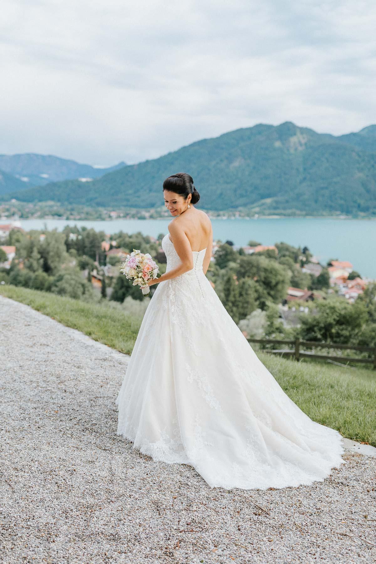 Ein schönes Brautkleid, eine schöne Braut hier bei der Hochzeit am Tegernsee. Als Hochzeitsfotograf bin ich gern vor Ort, wie hier das Tegernsee
