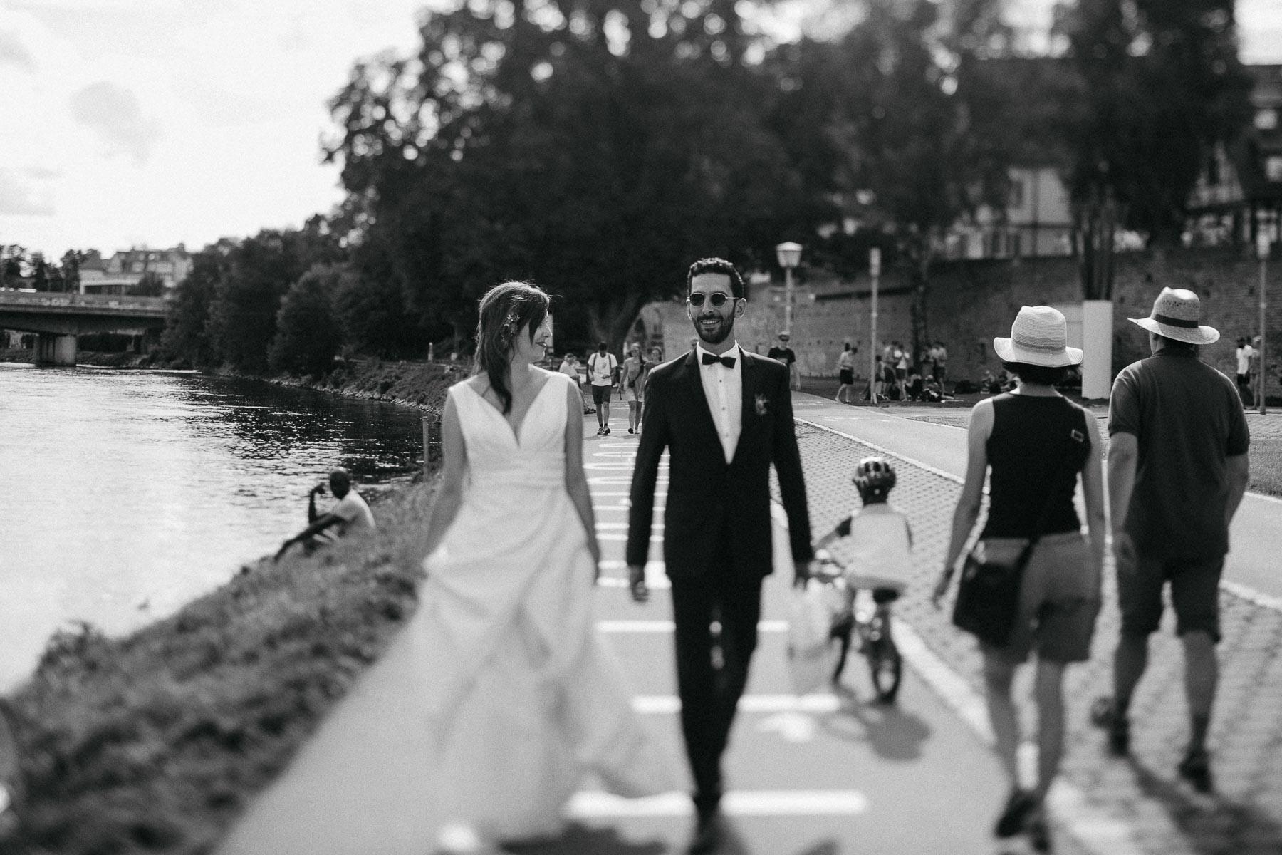 Nach der Hochzeit Im Brautkleid mit dem Hochzeitsfotograf durch Ulm. Hin zur Hochzeitslocation