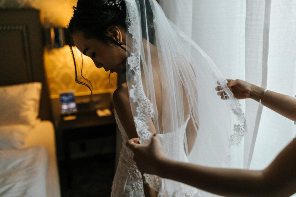 Hochzeitsfotograf Augsburg mit dem Brautstyling im Hotel Drei Mohren und der Hochzeitsfeier im Kurhaus Göggingen