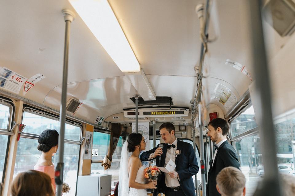 Hochzeit in der Augsburger Straßenbahn die ich als Hochzeitsfotograf in Augsburg fotografieren durfte