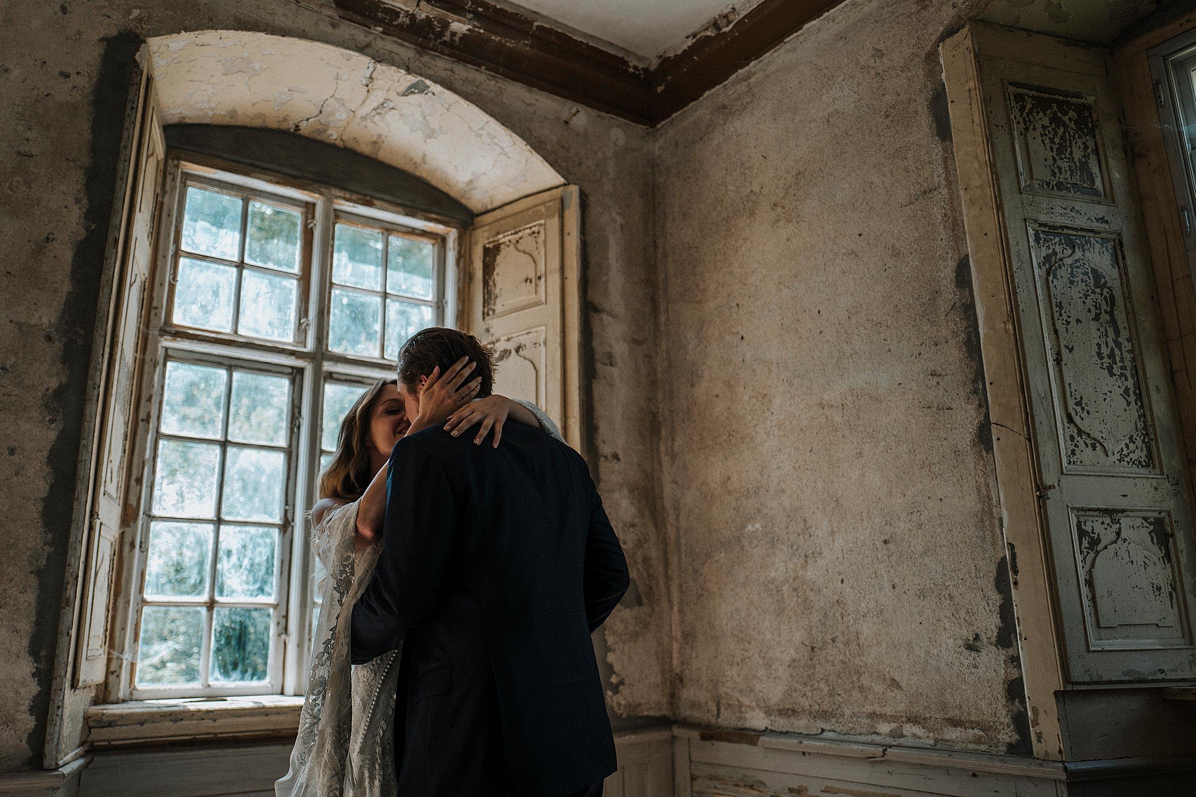 Braut und Bräutigam in einem alten Gutshaus in Hochzeitsfotograf Rostock-Neubrandenburg-Mecklenburg-Vorpommern